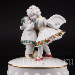 Фарфоровая шкатулка Девочка с веером и маленький пьеро Hertwig & Co, Katzhutte, Германия, 1920-30 гг.